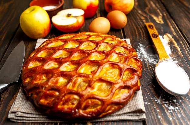 Tarte aux pommes américaine classique bio au four sur une table en bois.