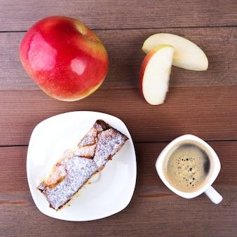 Tarte aux pommes américaine classique. morceau de savoureuse tarte aux pommes biologique et tasse avec un café espresso.