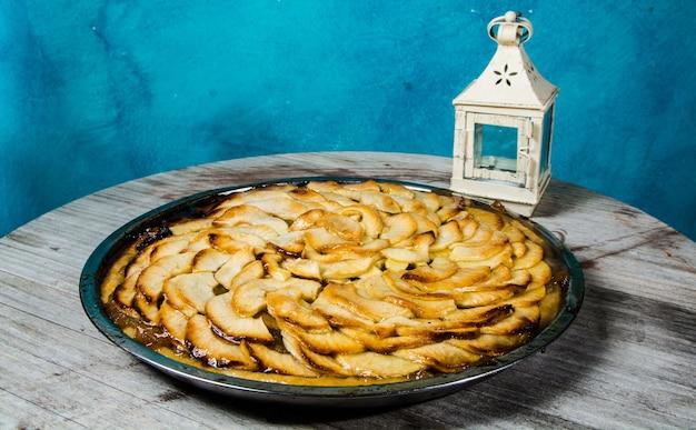 Tarte aux pommes artisanale non industrielle avec un fond de couleur bleue