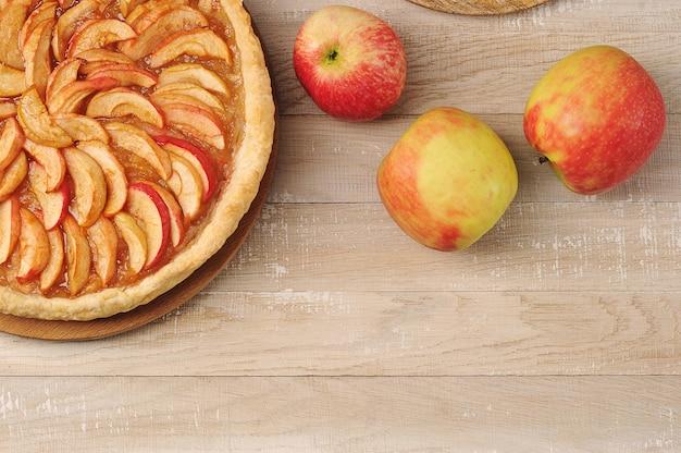 Tarte aux pommes sur une assiette - désert de tarte d'automne sur bois