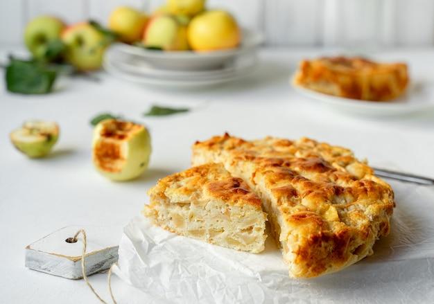 Tarte aux pommes au four servie sur une planche à découper