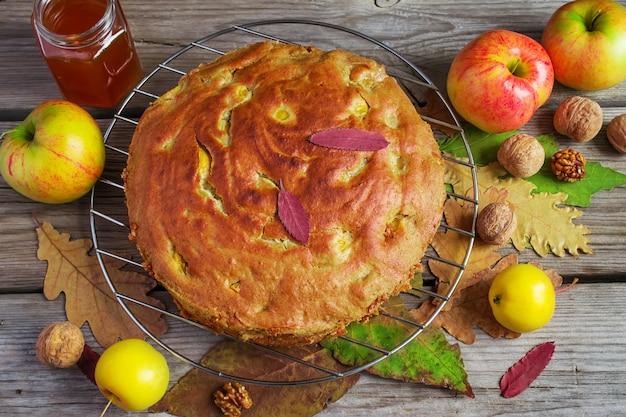 Tarte aux pommes au miel et aux noix, nature morte d'automne, style rustique