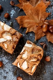 Tarte aux pommes au miel. composition d'automne, temps à la maison confortable.