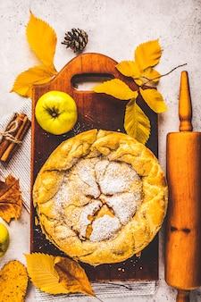 Tarte aux pommes automne américaine traditionnelle sur une planche de bois