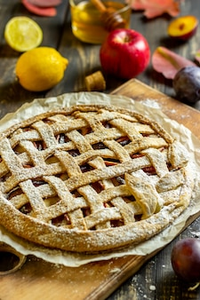 Tarte aux pommes aux prunes. cuisine. recettes. la nourriture végétarienne.
