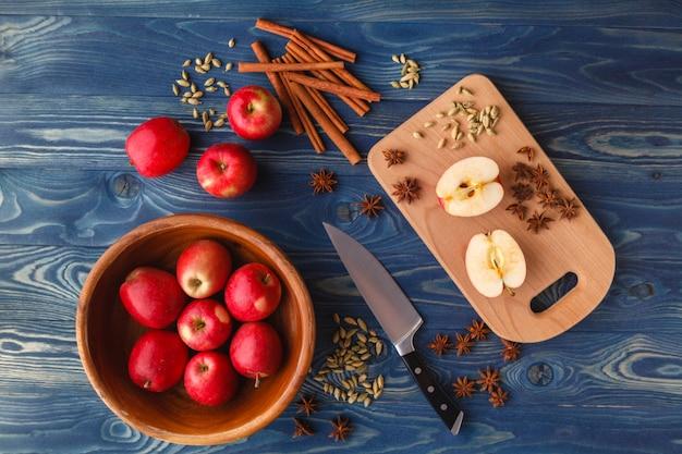 Tarte aux pommes à l'avoine pendant la nuit, avec pommes, yaourt, cannelle, épices et noix
