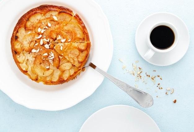 Tarte aux pommes et café du matin