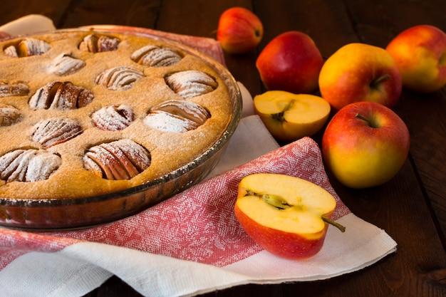Tarte aux pommes dans un plat allant au four