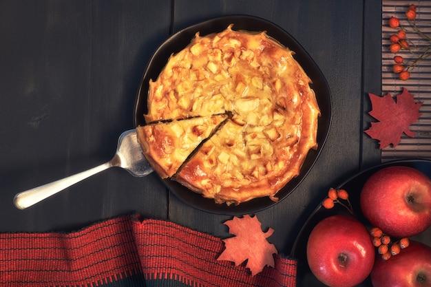 Tarte aux pommes avec des décorations d'automne