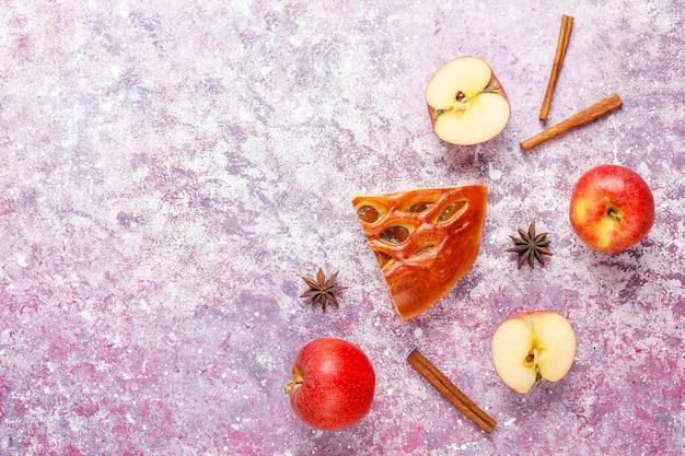 Tarte aux pommes délicieuse maison avec de la confiture.