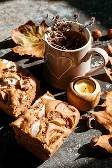 Tarte aux pommes avec du miel et des tisanes. composition d'automne, temps à la maison confortable.