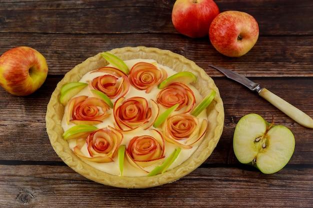Tarte aux pommes festive sur fond en bois. jour de thanksgiving.