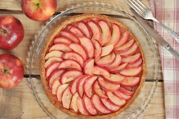 Tarte aux pommes sur fond en bois
