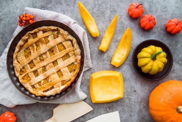 Tarte aux pommes fraîchement préparée vue de dessus