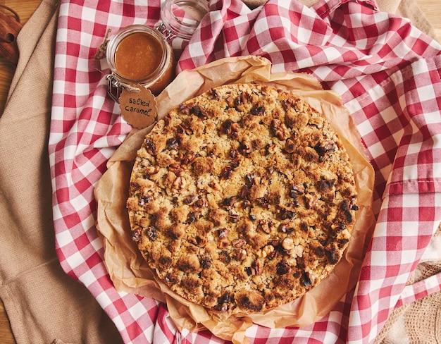Tarte aux pommes garnie de crumble et de noix rôties