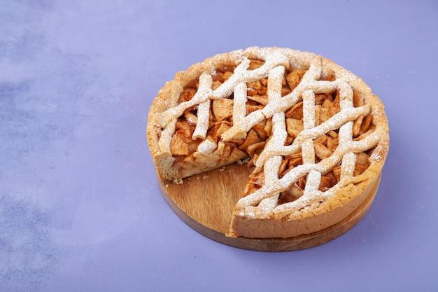 Tarte aux pommes maison charlotte et morceau de gâteau sur plaque