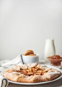 Tarte aux pommes maison copie espace fond blanc