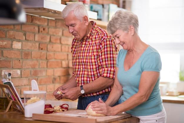 Tarte aux pommes maison cuite par un couple de personnes âgées