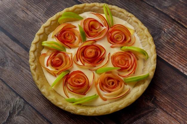 Tarte aux pommes maison sur fond de bois rustique. jour de thanksgiving.