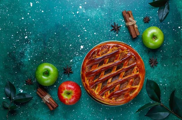 Tarte aux pommes maison sur vert, vue de dessus