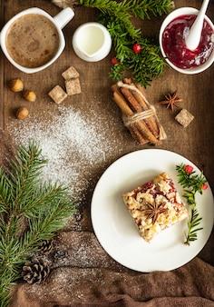 Tarte aux pommes de noël avec confiture, épices et crumble