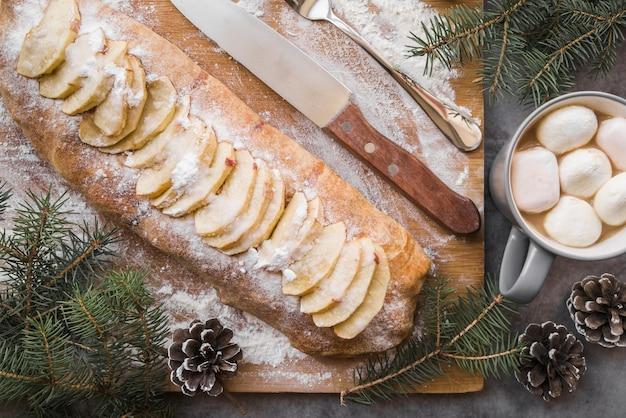 Tarte aux pommes sur planche de bois