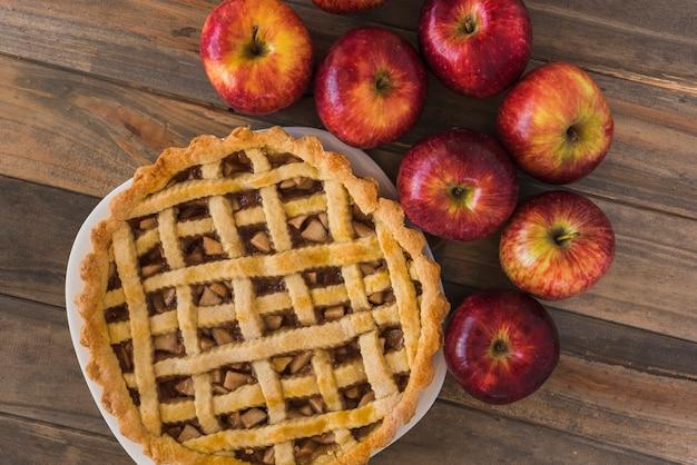 Tarte aux pommes sur une table en bois