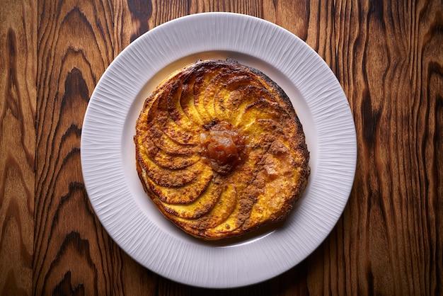 Tarte aux pommes tatin sur dessert feuilleté