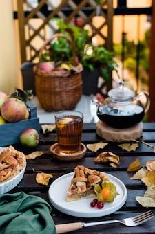 Tarte aux pommes et théière au thé noir, action de grâces