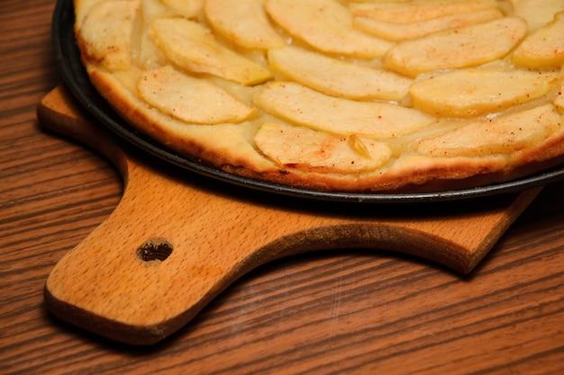 Tarte aux pommes avec des tranches de pomme sur une assiette. gros plan, vue de dessus