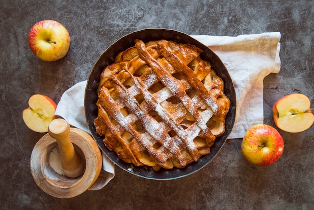 Tarte aux pommes vue de dessus sur la table avec des fruits