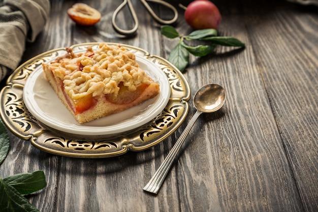 Tarte aux prunes et aux miettes coupée en carrés. concept alimentaire automne sain.