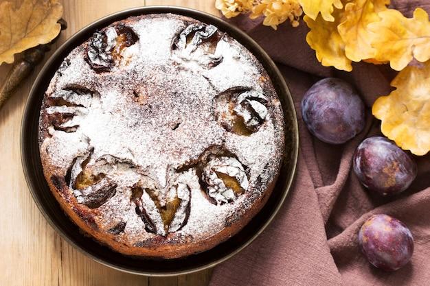 Tarte aux prunes aux noix et au chocolat sur un fond en bois. style rustique, mise au point sélective.