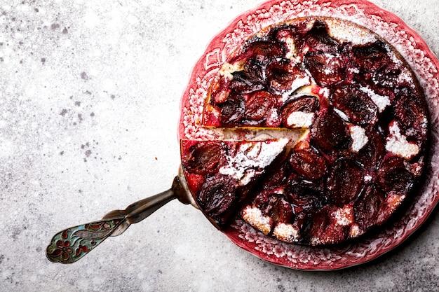Tarte aux prunes sur un fond clair. dessert doux maison