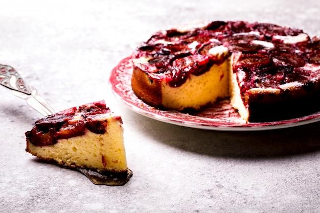 Tarte aux prunes sur un fond clair. dessert sucré fait maison. cuire sur le fond bleu.