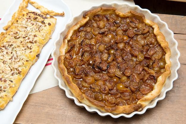 Tarte aux prunes et pâtisserie au chocolat sur une serviette