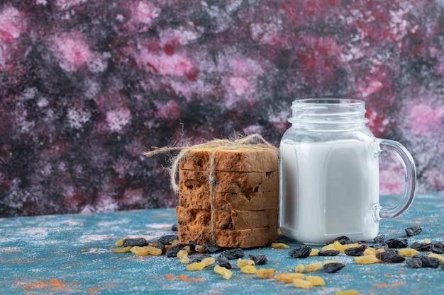 Tarte aux sultanes classique servie avec un pot de lait.