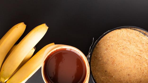 Tarte banoffee fait maison de dessert sur fond noir