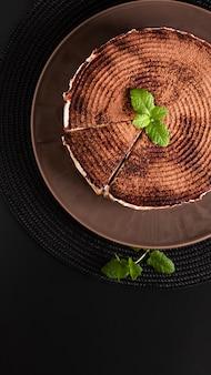 Tarte banoffee maison concept dessert alimentaire sur fond noir