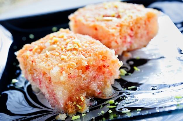 Tarte basbousa aux macro d'amandes dans un plat allant au four sur la table. horizontal nourriture arabe.
