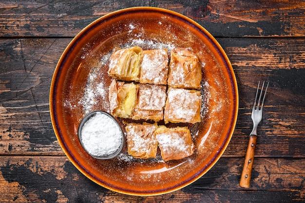 Tarte bougatsa grecque tranchée avec pâte phyllo et crème à la semoule