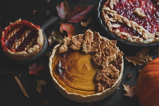 Tarte à la citrouille américaine traditionnelle et tarte aux pommes jour de thanksgiving