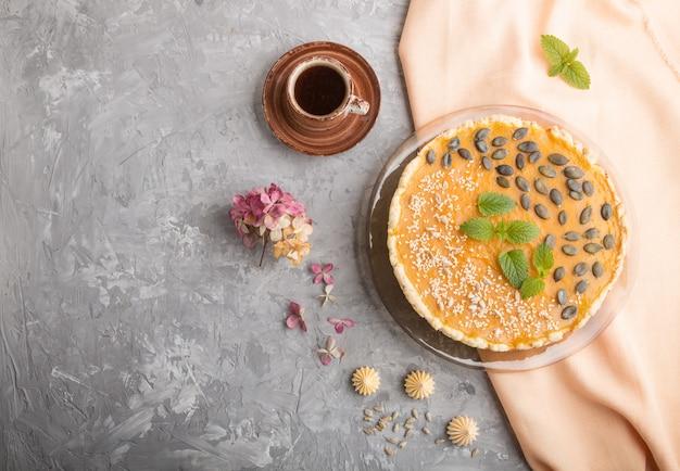 Tarte à la citrouille sucrée traditionnelle américaine décorée avec des graines de menthe, de sésame et de citrouille. vue de dessus, copyspace.