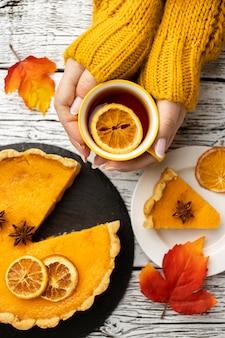 Tarte à la citrouille en tranches et tasse de thé