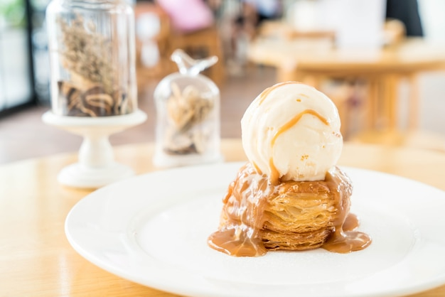 Tarte croustillante avec glace à la vanille et sauce caramel