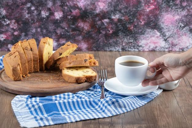 Tarte délicieuse et sucrée servie avec une tasse de café ou de chocolat chaud.