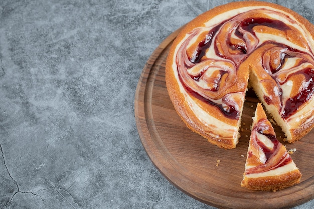 Tarte douce et délicieuse avec des ingrédients mélangés sur une planche de bois.