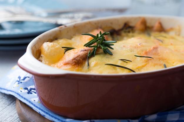 Tarte du berger avec du boeuf haché, des pommes de terre et du fromage sur le mur de béton, vue de dessus, copiez l'espace. casserole maison traditionnelle - tarte aux bergers.