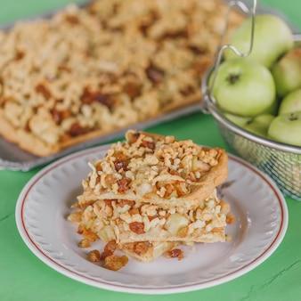 Tarte fine aux pommes avec raisins secs et pâte fraîche râpée