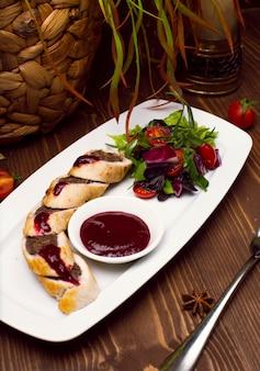 Tarte fourrée au boeuf haché, rouleaux de pâte feuilletée à la viande sur plaque